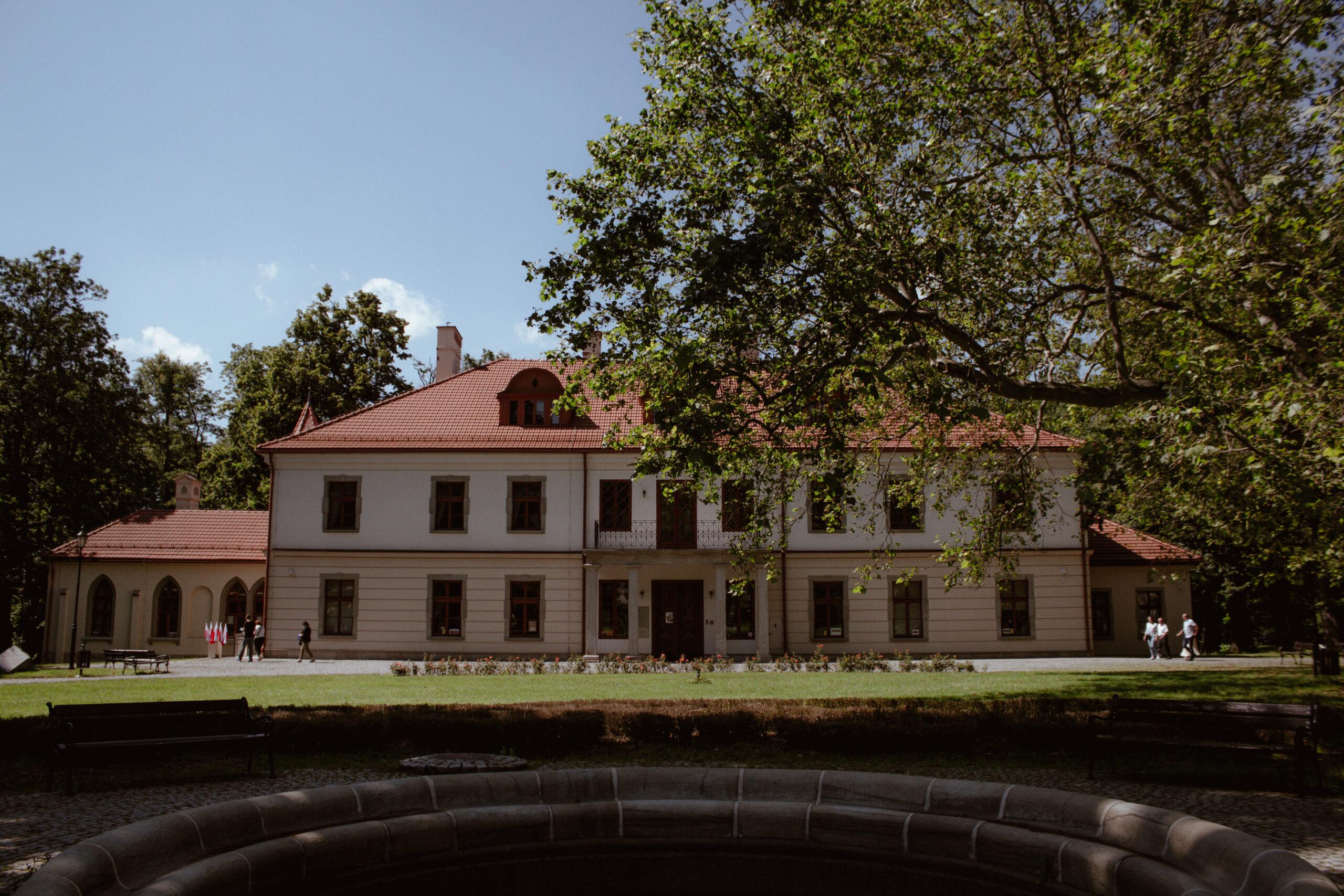 Spacer z historią w tle.. – Pałac Czeczów w Kozach.