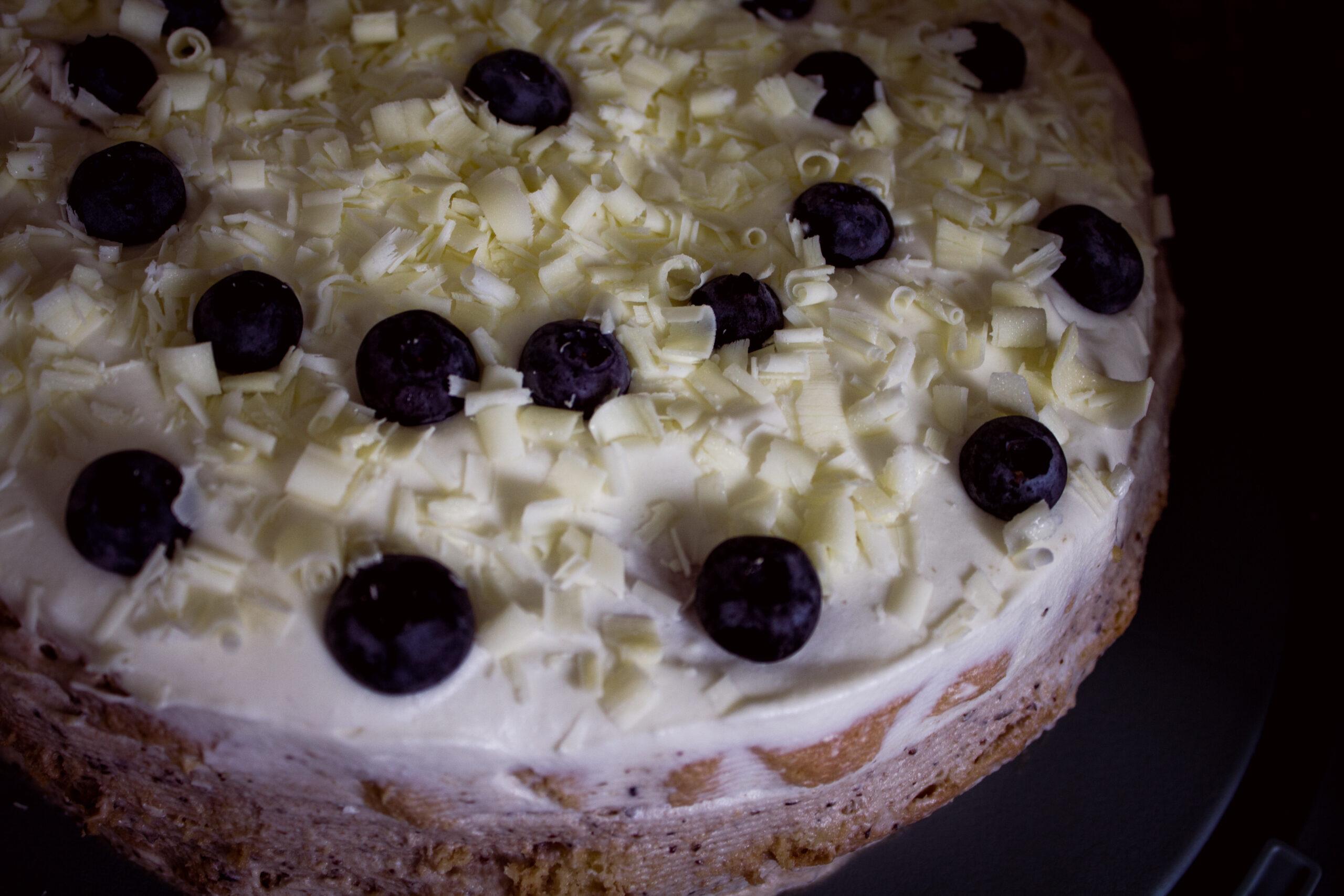 Tort z kremem borówkowym i białą czekoladą.