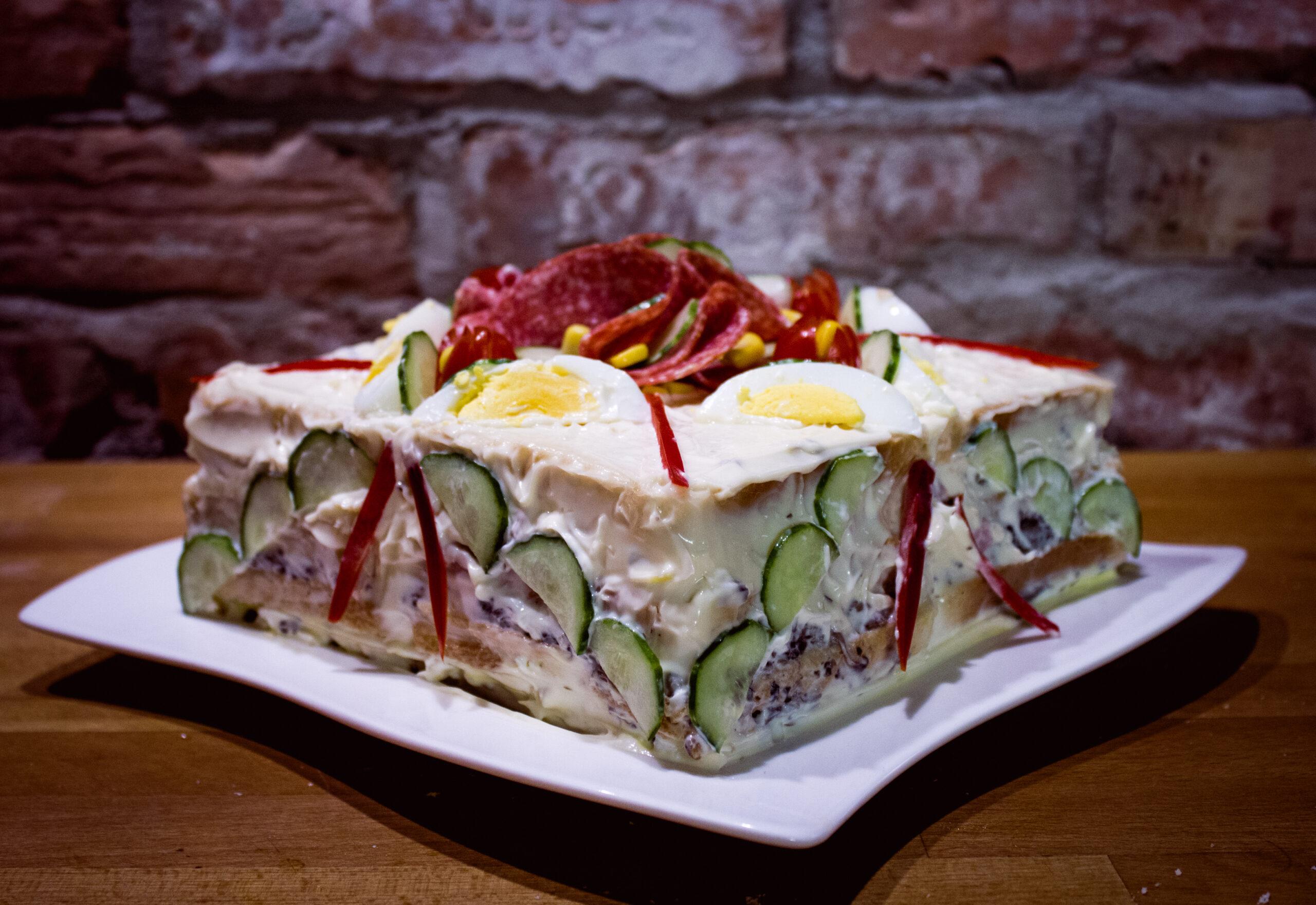 Tort kanapkowy – efektowna przekąska na imprezę.